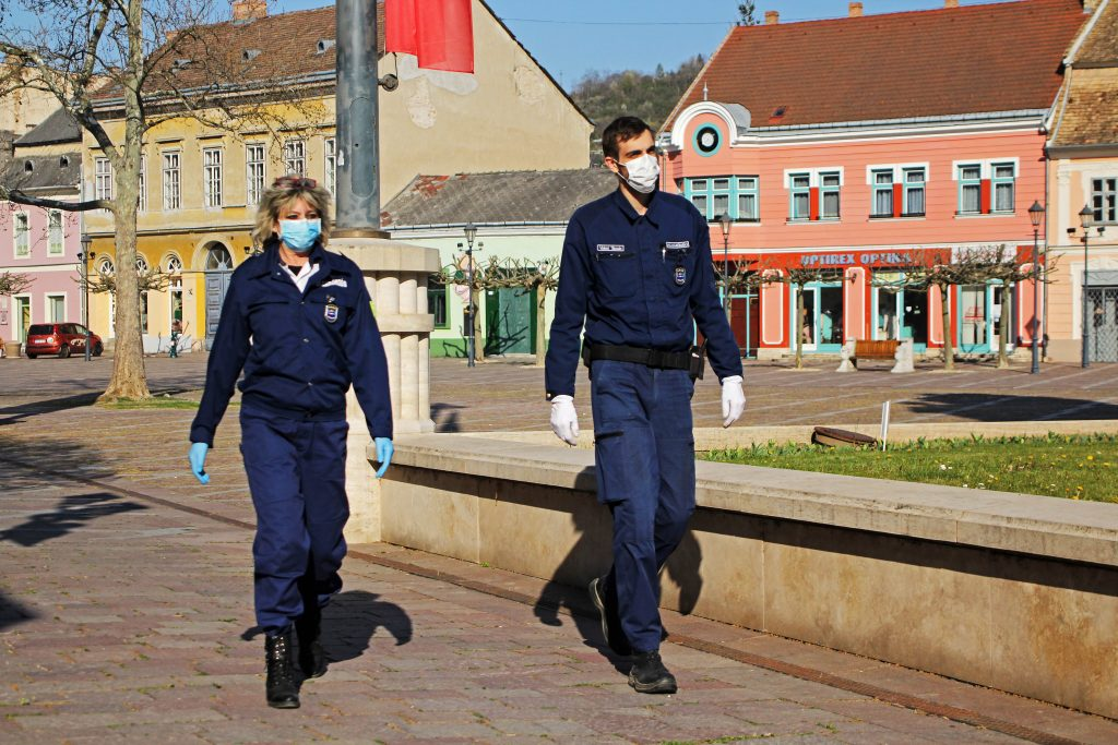 Szalai Emese és Valent Tamás polgárőrök védőfelszerelésben a Széchenyi téren