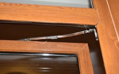 Megrongálta a váróterem ablakát