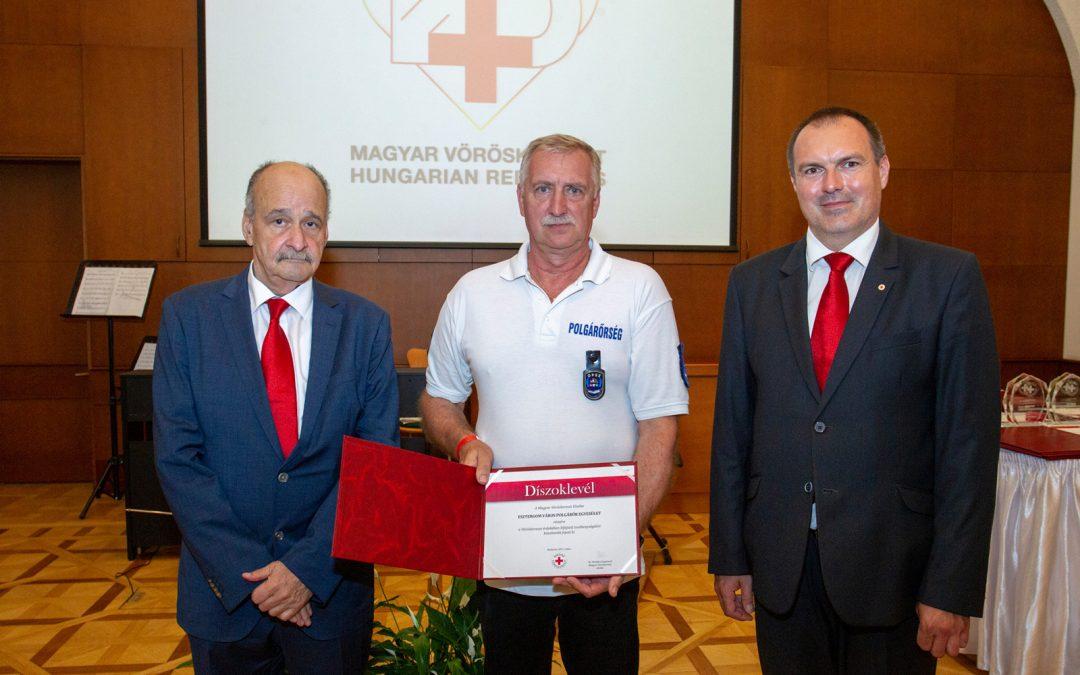 A Magyar Vöröskereszt elnöki díszoklevében részesítette az Esztergom Városi Polgárőr Egyesület tagjai.